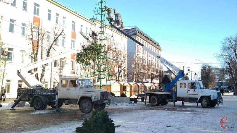 Сьогодні, на площі біля кінотеатру Шевченка, комунальники розбирають головну ялинку міста
