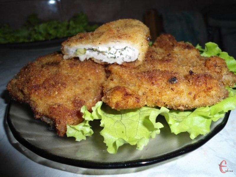 Це один із варіантів приготування відбивних кишеньок зі свинини. Начинка з бринзи та зелень надає цій страві оригінальний смак.