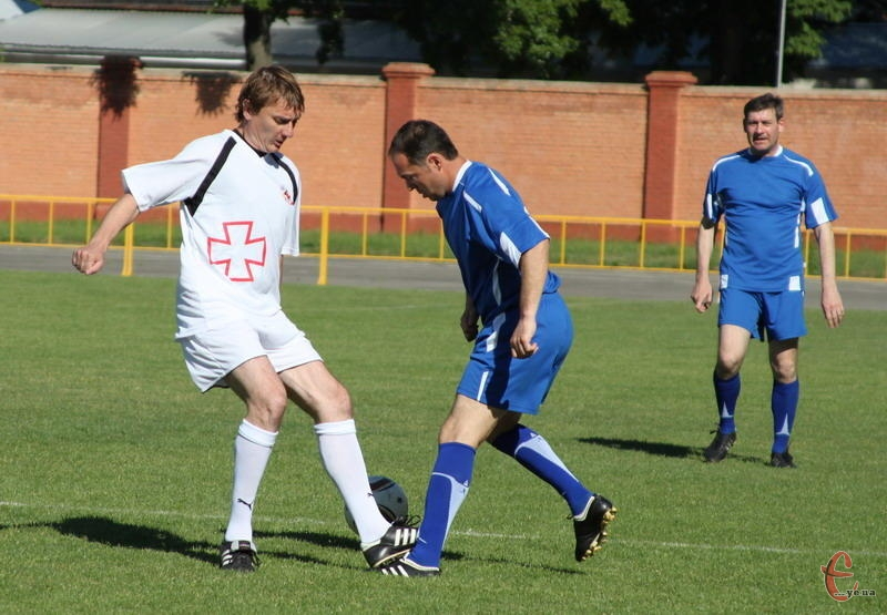 Наш земляк Віталій Косовський (у синій формі) 28 червня зіграє в Новій Ушиці в складі ветеранів київського Динамо