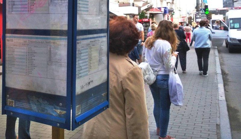 Майже дві сотні таких табличок з'являться на зупинках громадського транспорту у Хмельницькому