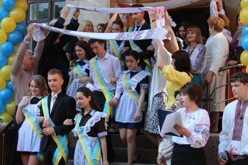 Випускникам радять не одягати шкільну форму радянського зразка