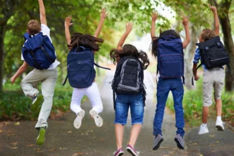 Канікули стартують у понеділок, 23 березня, а в понеділок, 30 березня, школярі знову сядуть за шкільні парти