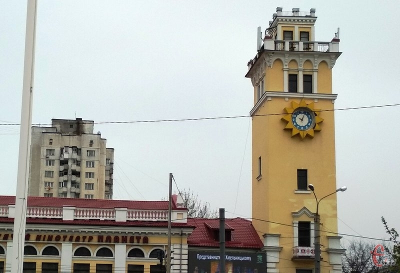 Експерти встановили, що годинник на вежі кінотеатру не підлягає ремонту