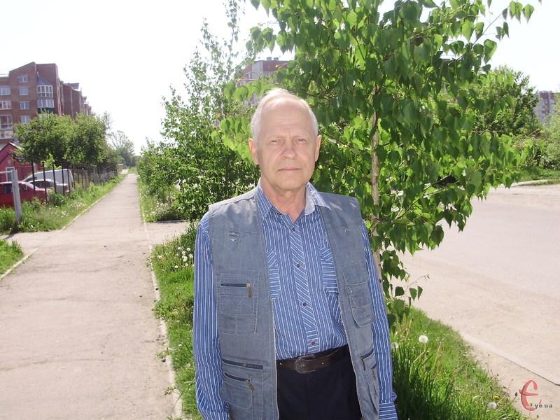 Анатолію Гнатовичу раз на тиждень доводиться поливати молоді саджанці