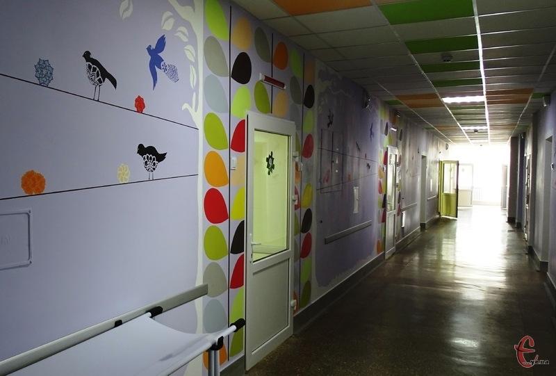 Стіни у відділенні розписані за дизайнерським проектом