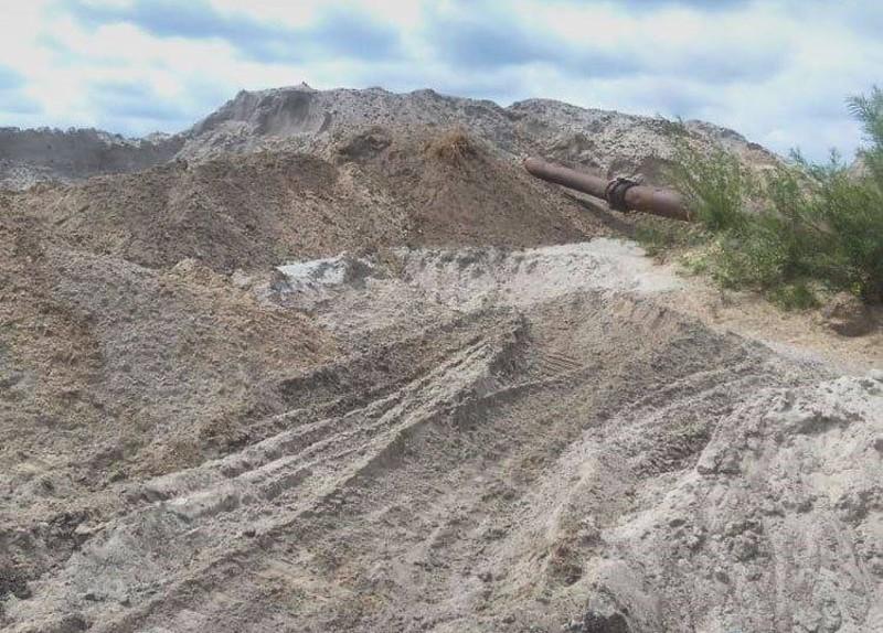 Комунальники видобували пісок незаконно