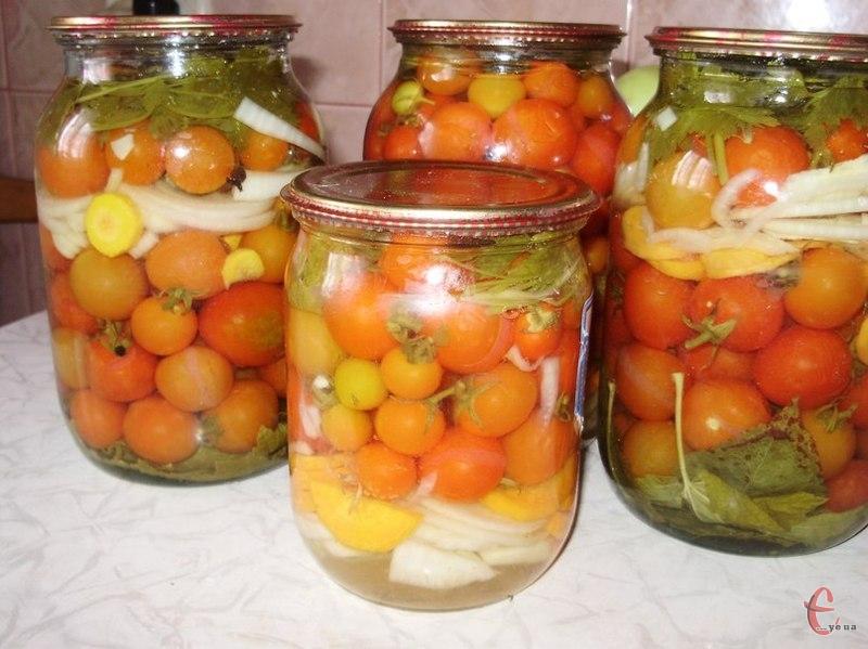 Красиві, ароматні і смачні помідорки-крихітки обов'язково викличуть захоплення у гостей, при подачі їх на стіл взимку. Але за цим рецептом можна законсервувати і більш крупні томати, тільки термін стерилізації потрібно буде збільшити.