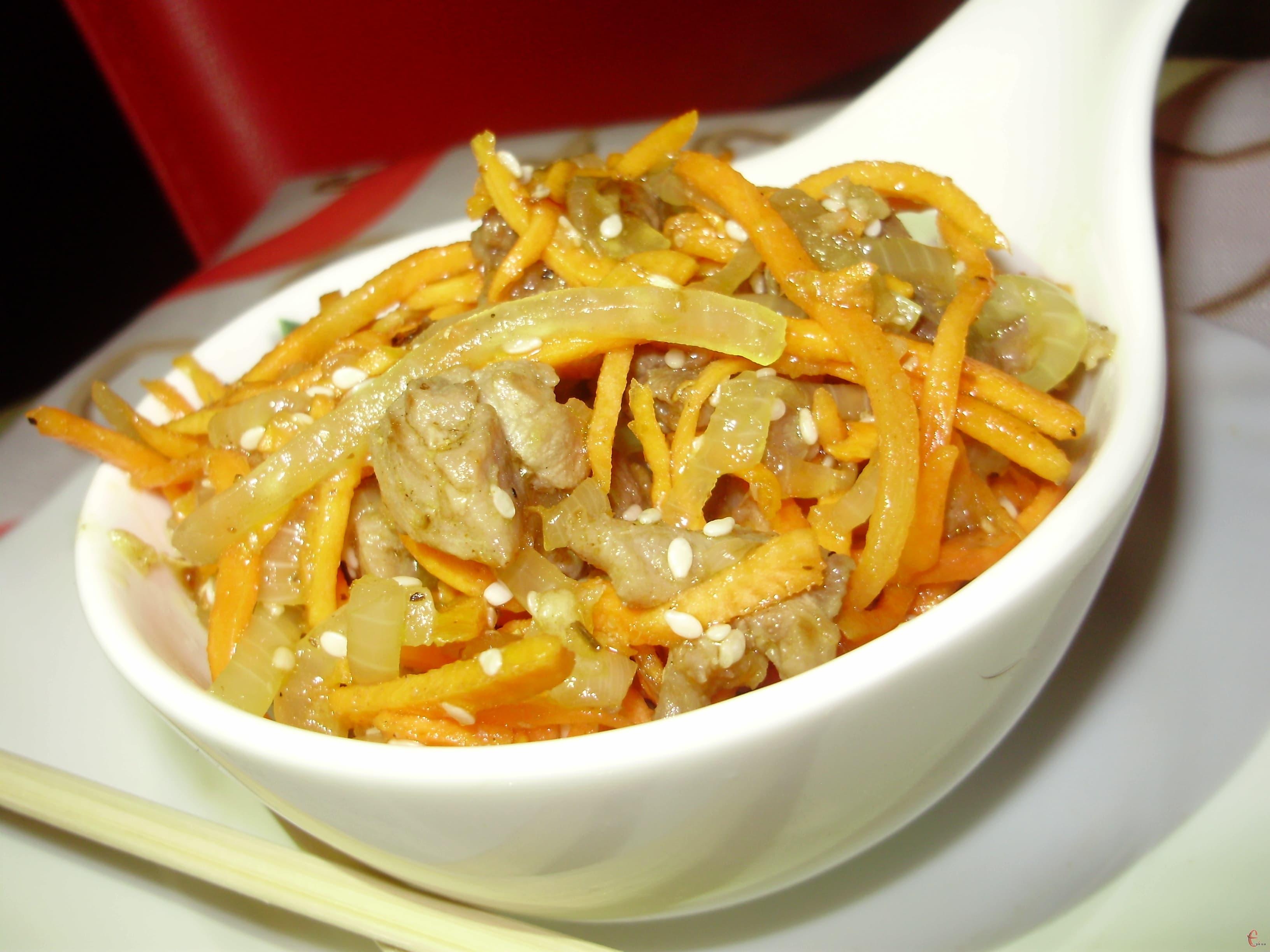 Корейський м'ясний салат — «зникає» на святковому столі першим!