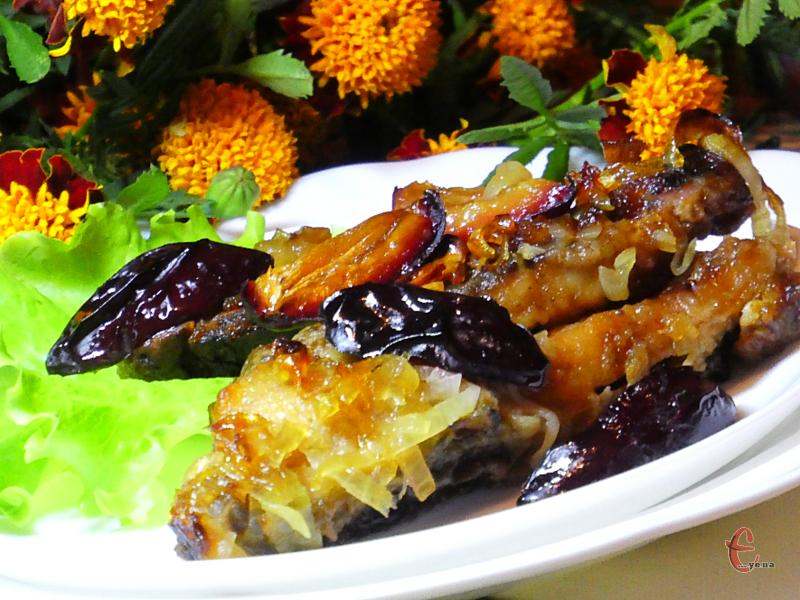 Короп, запечений зі сливами завжди виходить неймовірно смачним і радує око апетитним зовнішнім виглядом на столі.