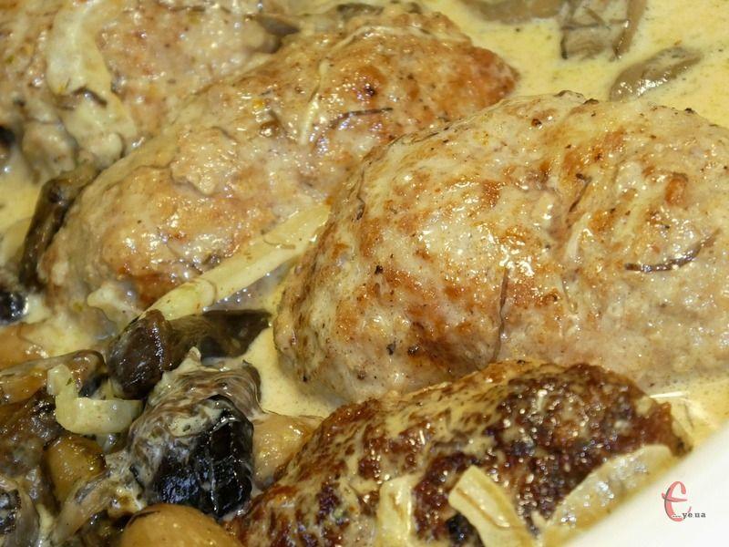 Соковиті, ніжні котлетки в соусі: готуються в духовці, підходять до будь-якого гарніру.
