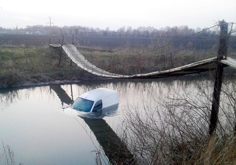 Підозрювани на краденому авто доїхали недалеко - невпоралися з керуванням та опинилися в річці