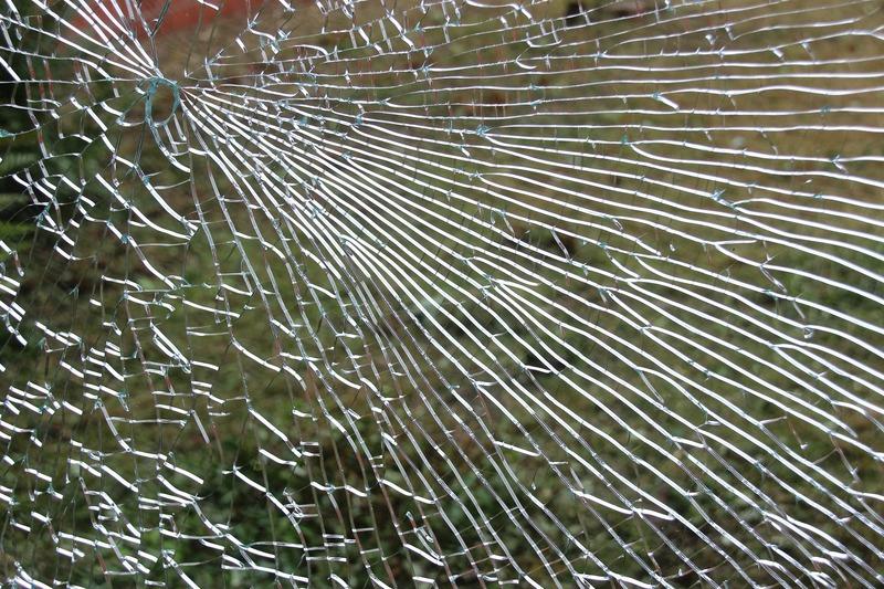 Чоловік проник у приміщення розбивши вікно