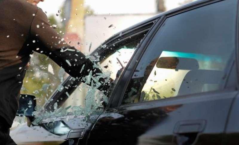Як правило, злочинці проникають в авто або зламуючи замок, або розбиваючи скло