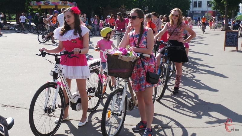 У місті дівчата влаштували велопарад