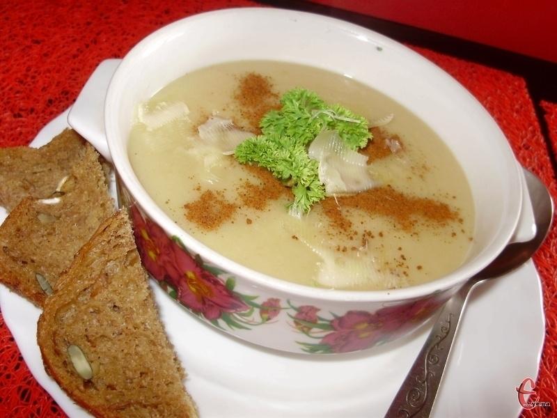 Ніжний та легкий, але родзинкою цієї першої страви є цікавий горіхово-часниково-м'ятний соус.