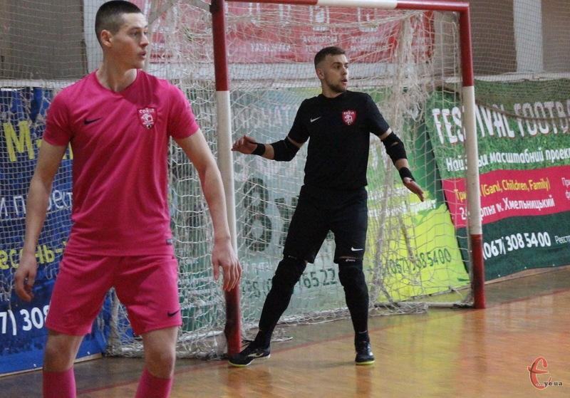 Артур Подлюк (у малиновій формі) відзначився хет-триком у кубковому матчі проти «Viva Cup»