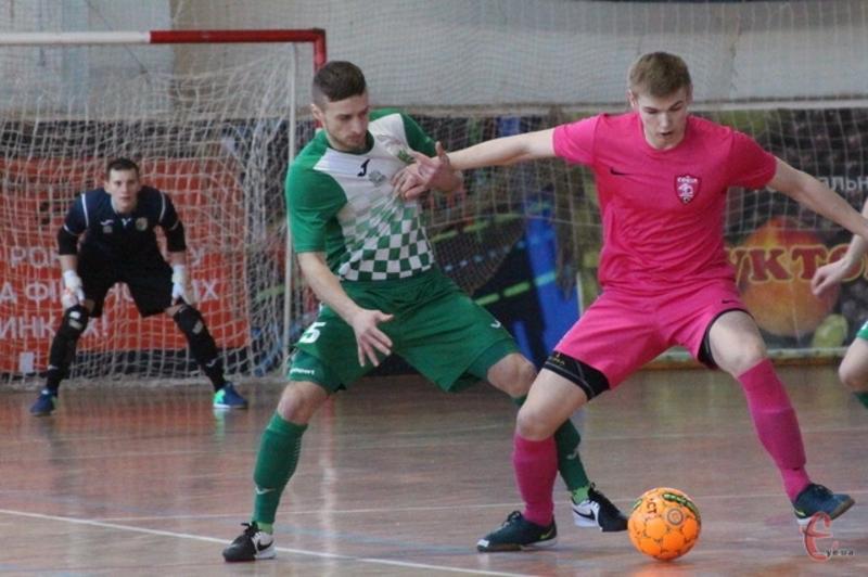 Богдан Кручек (з м'ячем) відзначився двома голами в матчі проти харківського клубу «Viva Cup»