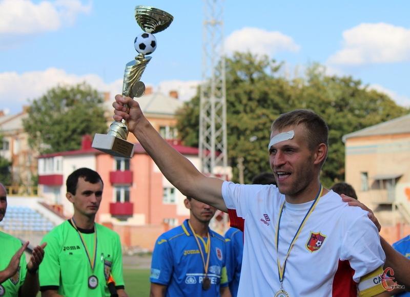 Кубок області 2015 року в руках капітана волочиського Збруча Сергія Лук'янова