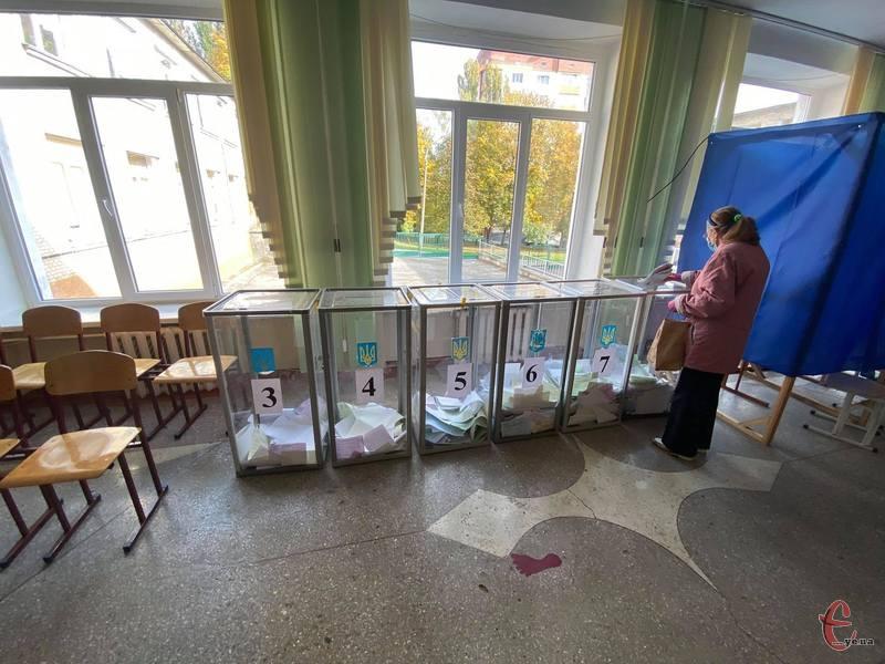 Місцеві вибори пройшли в жовтні 2020 року. І лише витрати з виборчих фондів партій, які брали участь у виборах до Хмельницької міської та обласної рад, склали майже 16 мільйонів гривень.