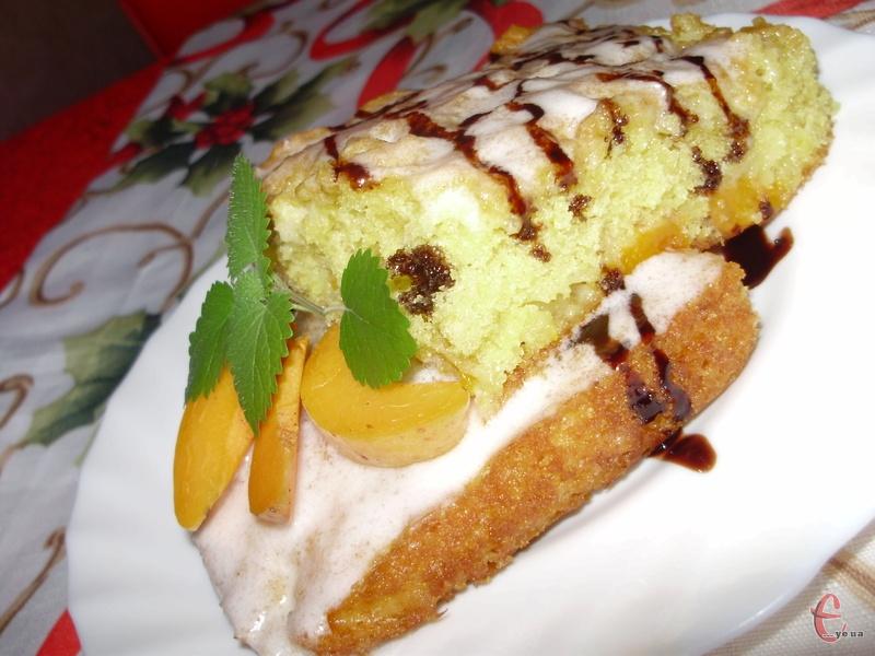 Кухе (або кухен) – це чудовий повітряний бісквіт, легкий немов хмаринки! Готується він швидко та просто! Замість абрикосів можна використовувати персики, сливи, ананаси, мандаринки (тільки з дольок потрібно попередньо зняти плівочку). А ось із абрикосами виходить ароматна помаранчево-сонячна смакота