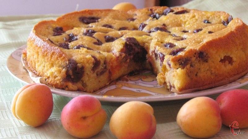 Вологий і ніжний пиріг із легкою цитрусовою ноткою.