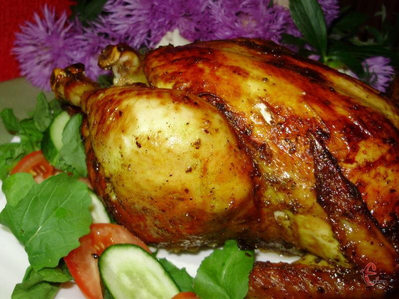 Курка на «сольовій подушці» виходить неймовірно ніжною і соковитою, із ідеальною апетитною золотавою скоринкою, в міру солоною і зовсім не жирною.
