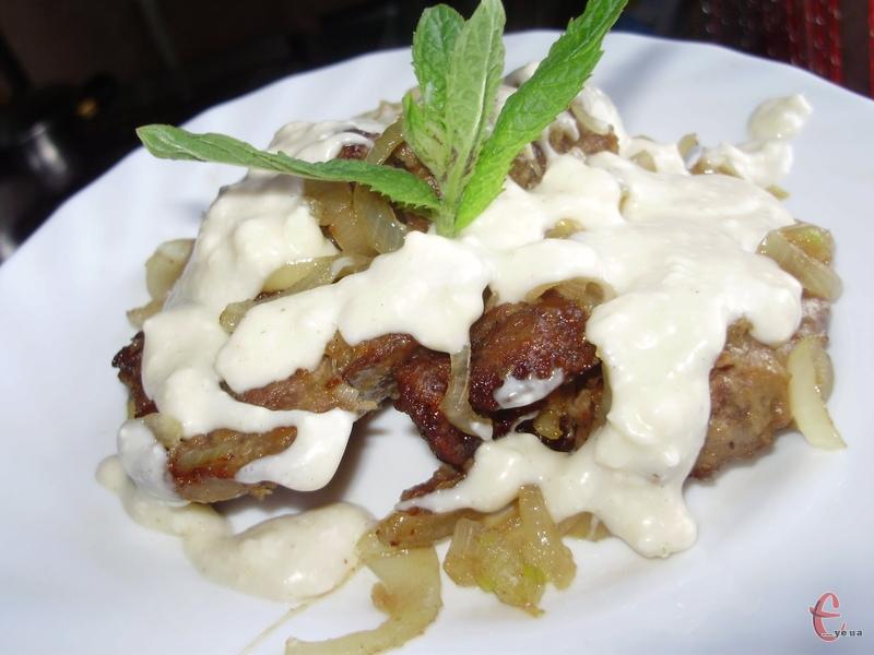 Куряча печінка в сирному соусі виходить дуже ніжною, а соус має приємний вершковий смак.