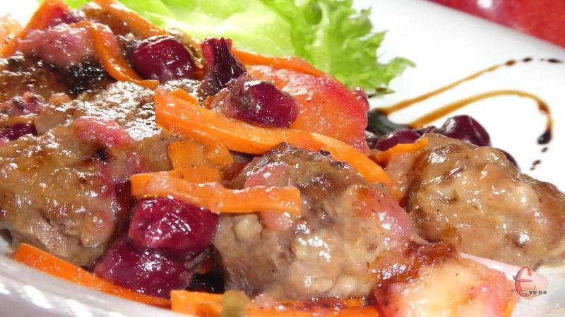 Смачна й багатогранна страва: печіночка виходить дуже ніжною та м'якенькою, а ягоди, овочі та фрукти чудово доповнюють та розкривають її смак.