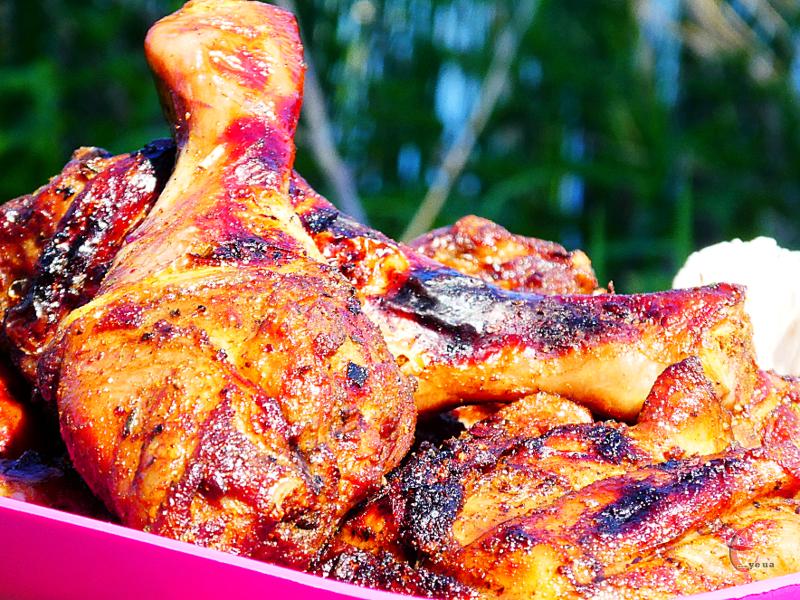 На смак курятина виходить кисло-солодкою, неймовірно ніжною, м'якою та духмяною.