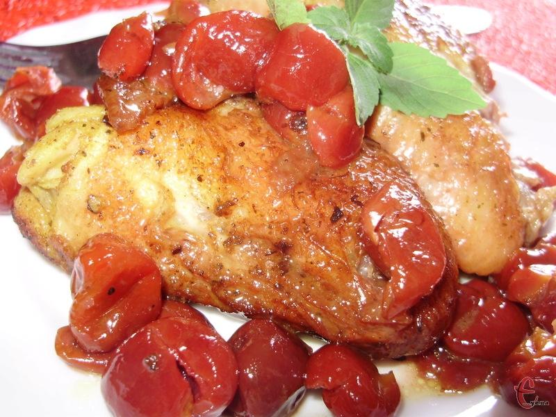 Крильця за цим рецептом виходять дуже ніжними, а вишня, якнайкраще, відтіняє м'ясо своєю кислинкою і ледь помітним легким ароматом. Крім того, вишневий сік, змішуючись із іншими інгредієнтами, утворює дуже смачний соус, який доповнить не лише м'ясо, а й будь-який гарнір.