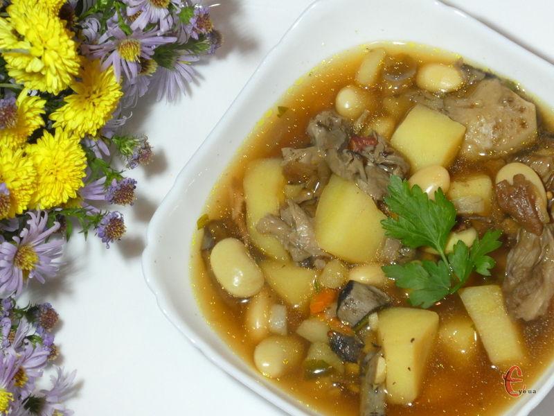 Смачна, ситна й дуже ароматна грибна перша страва з квасолею.