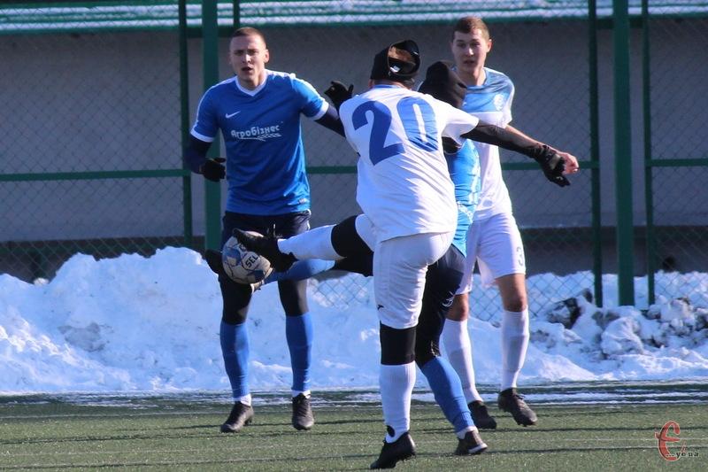 Євген Захарченко (у синьому) брав участь у спарингу Агробізнеса проти Поділля 8 лютого
