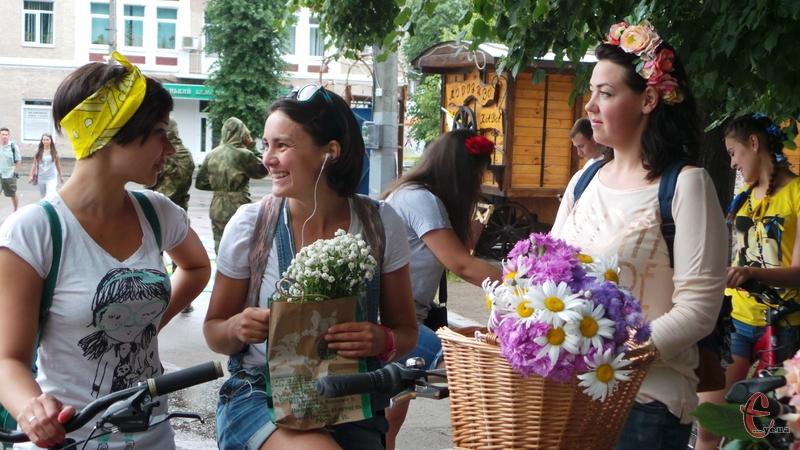 На велопарад дівчата одягнуть вишиванки та квіткові вінки