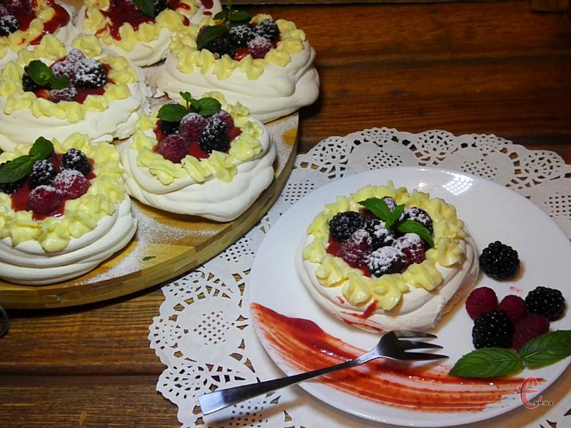 Це повітряний десерт із безе з ніжною хрусткою скоринкою і м'якою серединкою, яка чимось нагадує зефір.