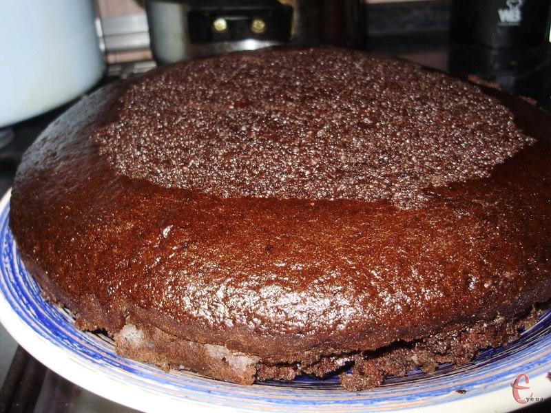Якщо бісквіт розрізати на дві частини й змастити кремом або варенням — вийде смачнючий торт.