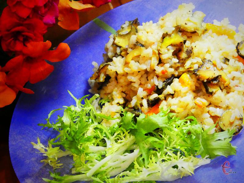 Частування виходить неймовірно смачним, поєднання рису та цих молюсків досить незвичне, але дивовижне!