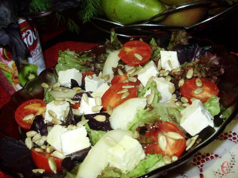 Груша, як і яблуко – фрукт універсальний. З нею можна і десерти приготувати, і гарячі страви, і цікаві закуски, і, звісно ж, соковиті яскраві салати.
