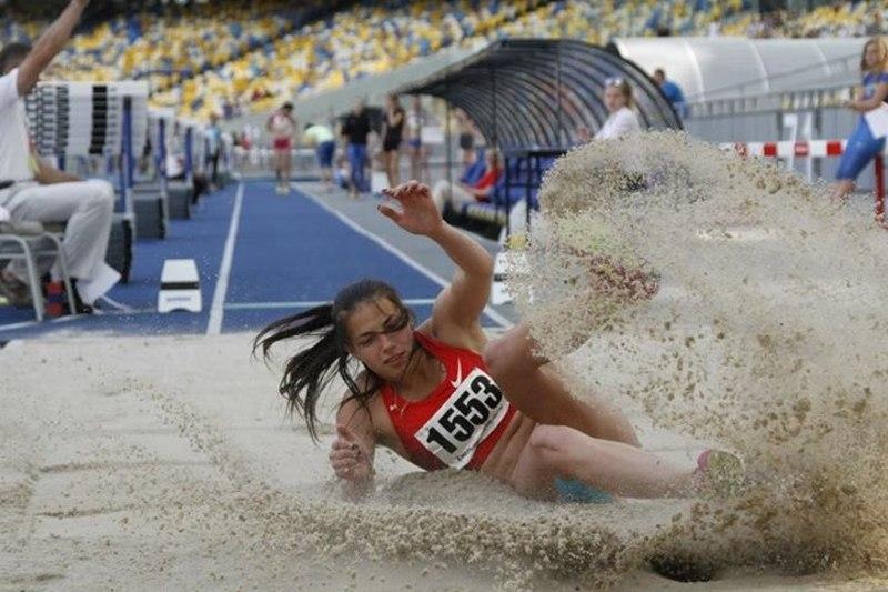 Марина Бех, якій лише 20 років, стала чемпіонкою України серед дорослих у секторі стрибків у довжину