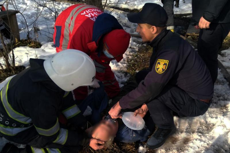 Славутські рятувальники повернули до життя чоловіка, який ледь не загинув через пожежу