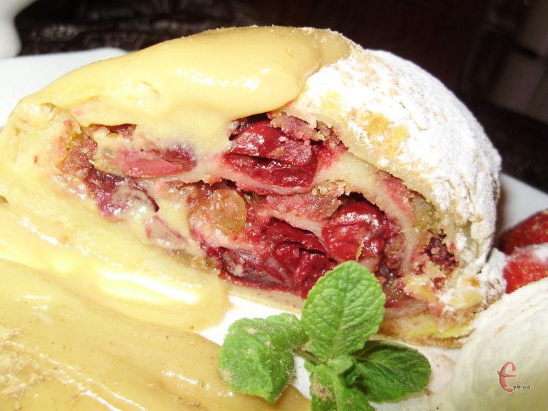 Традиційно сервірують цей смаколик кулькою морозива, посипають корицею… Подають із ягодами та гілочкою м'яти.