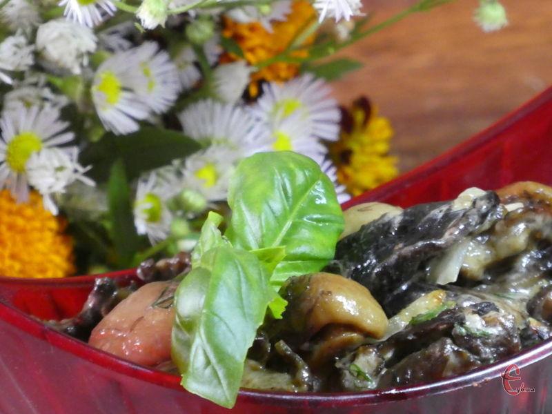 Готувати зі сметаною можна не тільки свіжі лісові гриби, але й заморожені.