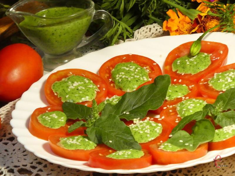 Базилік і часник — це так смачно й ароматно, а з помідорами цей соус взагалі розкішно поєднується.