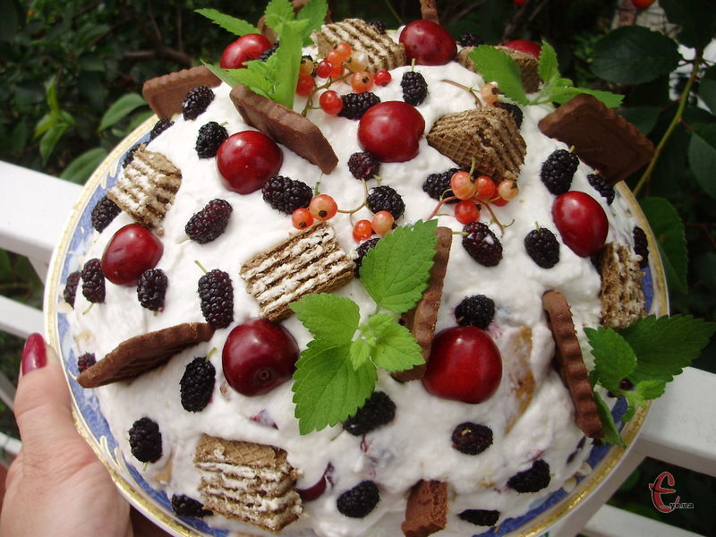 Цей смаколик користується у господинь дуже великою популярністю, оскільки він легкий, ніжний і дуже красивий. Тим більше, що фрукти та ягоди для його приготування можна обирати на свій смак.