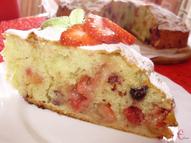 Пиріг ароматний, пишний, пружний, але не сухий, із легкою приємною ягідною ноткою