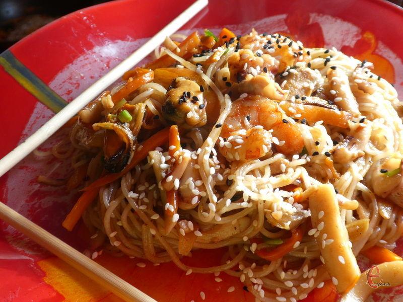 Локшина удон з морепродуктами — яскравий приклад традиційної японської кухні.