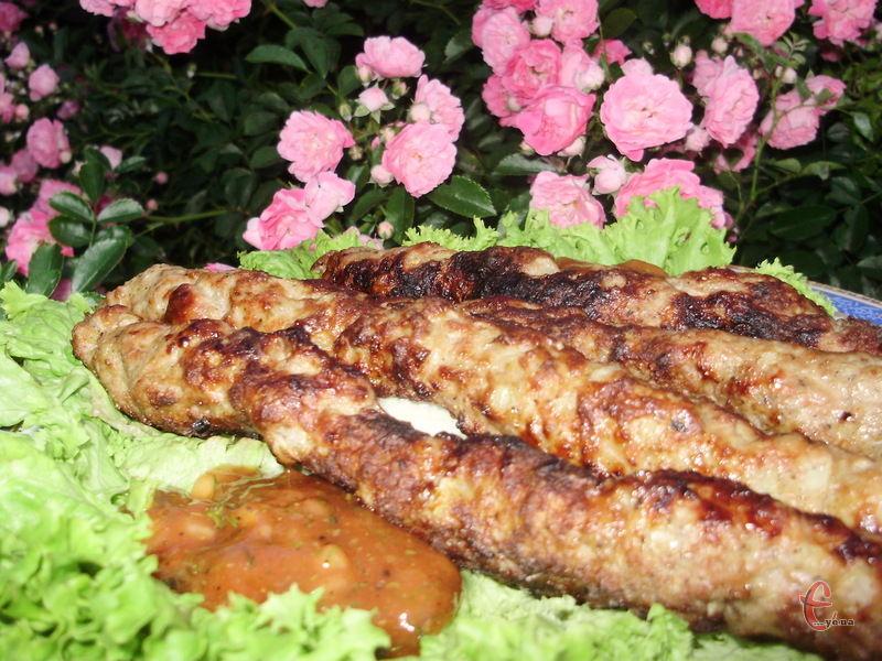 Соковиті, ароматні, пікантні а-ля котлетки-ковбаски, дуже популярні на Кавказі, в Середній Азії та Туреччині.