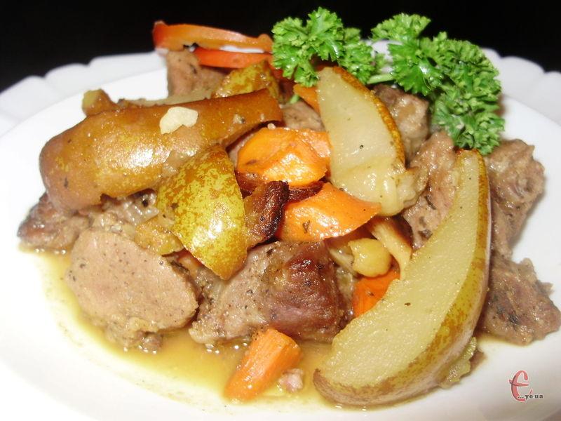 Під час запікання в рукаві виділяється багато соусу, який не менш смачний, ніж саме м'ясо.
