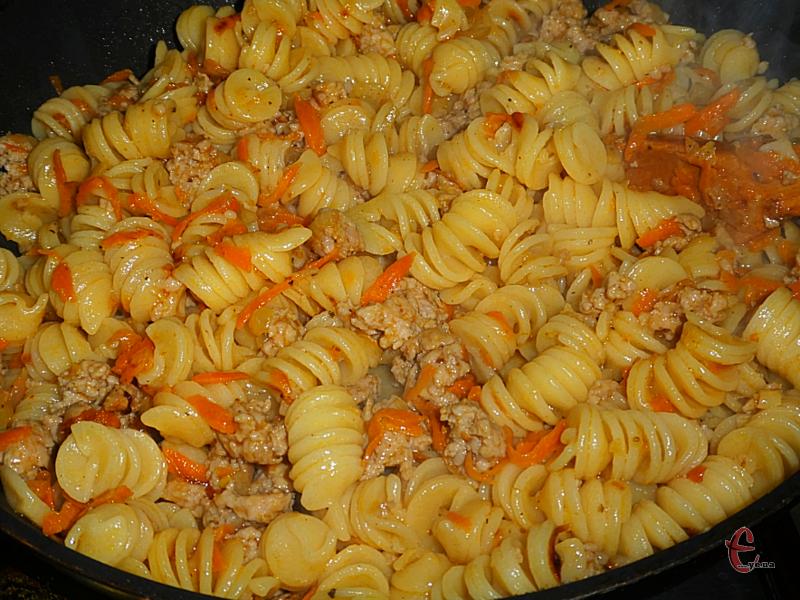 Проста, недорога й ситна страва. Вона незмінно виходить дуже смачною, якщо ви готуєте її з хорошого м'яса та правильних макаронів.