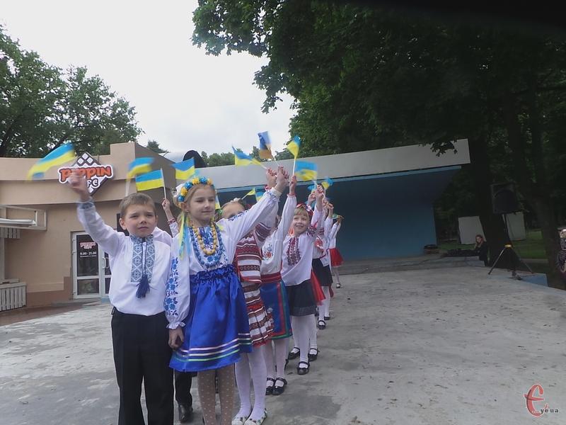 У дітей були жовто-блакитні прапорці