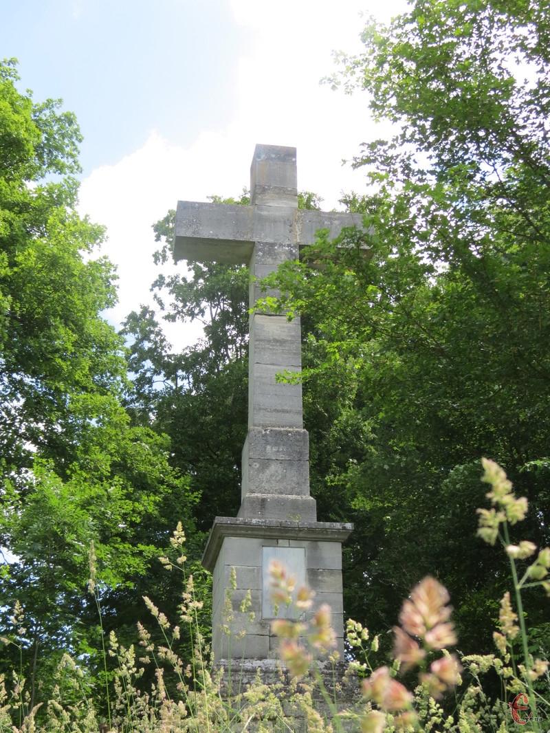 Є версія, що цей хрест – творіння рук відомого скульптора Віктора Бродського